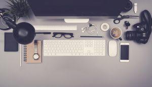 Schreibtisch mit computer und Kamera